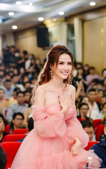 Phan Thị Mơ khoe thềm ngực nõn nà với đầm công chúa tha thướt
