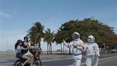 Cặp đôi 'phi hành gia' dạo chơi bên bờ biển Brazil