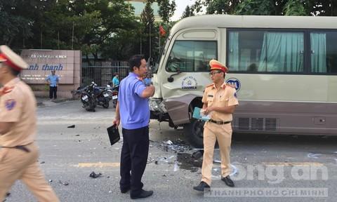 Xe máy vỡ nát sau cú 'đối đầu' xe đưa rước công nhân, 1 người tử vong