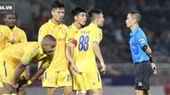 Bỏ lỡ 3 quả phạt đền cho Nam Định, trọng tài V.League nhận án phạt treo còi