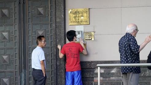 [Ảnh] Cận cảnh bên ngoài LSQ TQ, nhiều du khách ấn chuông muốn vào nhưng không được