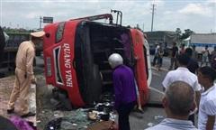Xe container tông văng xe khách, 2 người tử vong