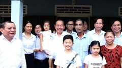 Phó Thủ tướng Thường trực Trương Hoà Bình dâng hương, tặng quà các gia đình có công tỉnh Quảng Trị