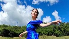Quên hình ảnh chân ngắn đi, Hòa Minzy pose dáng 'siêu đỉnh' sánh ngang siêu mẫu rồi nè!