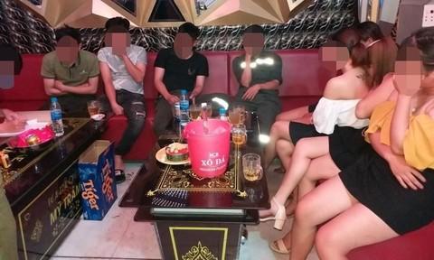 Dù bị cấm trong cao điểm dịch Covid-19, quán karaoke vẫn hoạt động