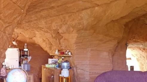 Người đàn ông dành cả 'thanh xuân' đào xuyên núi làm nhà, khi thấy cảnh tượng choáng ngợp ai cũng trầm trồ