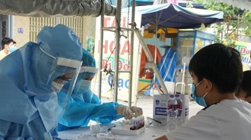 Dịch COVID-19: Làm việc suốt ngày đêm để hoàn thành xét nghiệm hàng nghìn mẫu bệnh phẩm tại Đà Nẵng