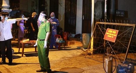 Phong tỏa một con hẻm ở Huế trong đêm, cách ly gần 40 người