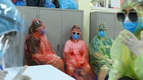 [Ảnh] Bốn mẹ con 'full giáp' bảo hộ đi test nhanh Covid-19 ở Hà Nội