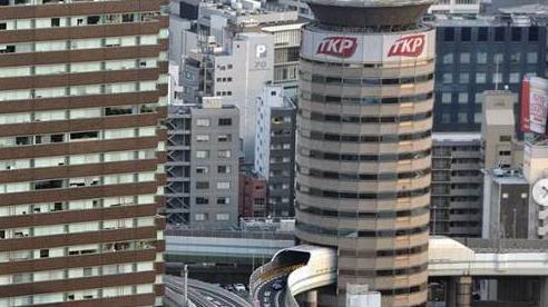 Lạ kỳ tòa nhà có đường cao tốc đi xuyên qua