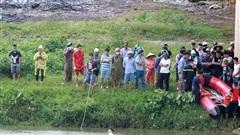 Vụ người đàn ông để lại dép, xe máy trên cầu rồi nhảy xuống sông: Tìm thấy thi thể nạn nhân