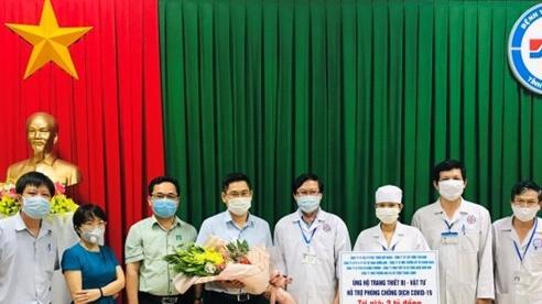 Trao tặng trang thiết bị y tế cho Quảng Ngãi chống dịch Covid-19