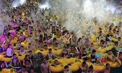 'Biển người' túa đến bãi biển, khu vui chơi ở Trung Quốc