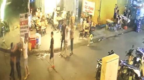 Nhóm hàng chục thanh niên dàn trận dao kiếm đánh nhau vì bạn gái bị trêu ghẹo
