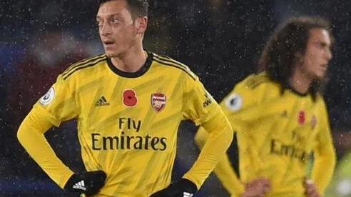 Arsenal cắt giảm 55 nhân viên, CĐV 'hỏi tội' ngôi sao Mesut Ozil