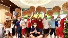 Các nam y - bác sĩ Hải Phòng cạo đầu trước khi vào điều trị bệnh nhân Covid-19