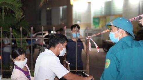 Dựng lều dã chiến, tạm thời phong tỏa 2 tòa chung cư ở Hà Nội phun khử khuẩn vì cư dân nhiễm COVID-19
