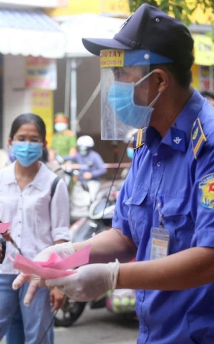 Người Đà Nẵng được phát 'tem phiếu' như thời bao cấp, mỗi hộ gia đình đi chợ 3 ngày 1 lần phòng dịch COVID-19