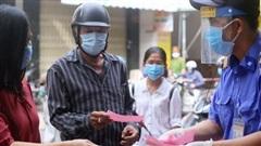 Chùm ảnh: Người Đà Nẵng đi chợ trong ngày đầu tiên áp dụng kiểm soát phiếu chẵn, lẻ