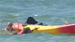Khoảnh khắc Tổng thống Bồ Đào Nha 72 tuổi lao mình xuống biển cứu người không chút do dự