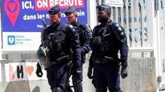 Pháp điều cảnh sát chống bạo loạn giám sát đeo khẩu trang