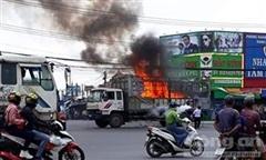 Cháy xe tải chở nhiều thùng nhựa nghi chứa hoá chất, QL51 ùn tắc