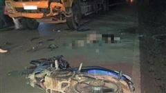 Đấu đầu trực diện với xe tải, 2 thanh niên đi xe máy tử vong
