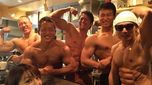 Chị em 'phát sốt' vì nhà hàng thịt nướng có dàn phục vụ toàn mỹ nam cơ bắp cuồn cuộn