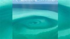 Xoáy nước lạ xuất hiện giữa biển ở Mỹ