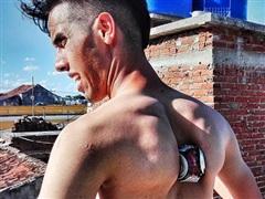 Bóp vỡ lon bia bằng xương bả vai, chàng trai Cuba lập kỷ lục Guinness
