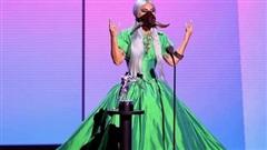 Tham dự sân khấu VMAs 2020 Lady Gaga vẫn không quên chống dịch với outfit siêu độc lạ