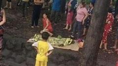 Bình Dương: Bé gái tắm mưa lọt xuống mương nước tử vong thương tâm, mẹ trẻ khóc ngất bên thi thể