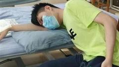 Gối đầu lên tay ngủ, chàng trai 22 tuổi suýt bị liệt cả cánh tay phải