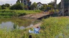 Bé trai bỏ nhà đi lang thang, tử vong dưới kênh