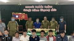 Biên phòng giăng lưới bắt 8 người Lào có súng K59, 'cõng' 10kg ma túy qua biên giới