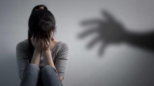 Phẫn nộ vợ vừa mất 49 ngày, gia đình phát hiện người chồng nghi bạo hành, cưỡng dâm con gái