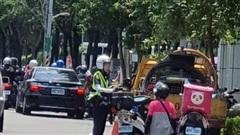 Nam shipper quỳ gối trên đường phố, nguyên nhân phía sau khiến nhiều người bất ngờ