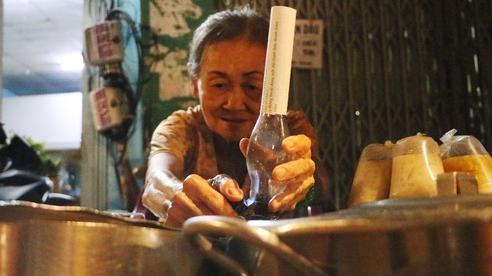 'Quán' chè đèn dầu gần nửa thế kỷ giữa lòng thành phố Sài Gòn