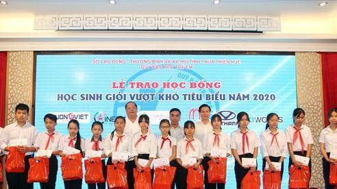 Thừa Thiên Huế: Trao học bổng cho học sinh giỏi vượt khó tiêu biểu năm 2020