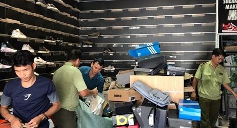 Đột kích cửa hàng nghi bán giày giả thương hiệu nổi tiếng