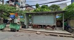 Thùng rác  'bủa vây' nhiều điểm dừng chờ xe buýt