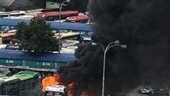 Xe khách bốc cháy ngùn ngụt trong bến xe Miền Đông