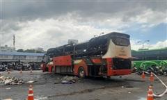 TPHCM: Xe khách đậu trong Bến xe Miền Đông cháy rụi