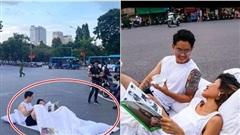 Sự thật về cặp đôi mang chăn gối, nằm giữa phố đi bộ Hồ Gươm hăng say 'bắt con nghệ thuật'