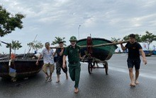Miền Trung: Người dân hối hả chạy đua chống bão số 5