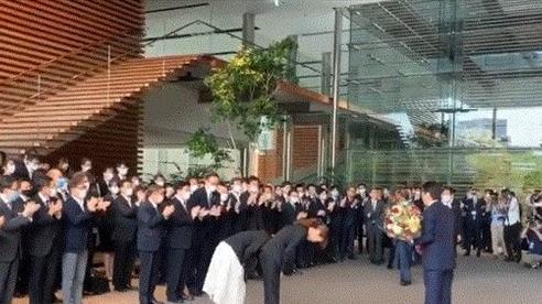 Nhân viên Phủ thủ tướng xếp hàng, vỗ tay không ngớt từ biệt cựu thủ tướng Nhật Bản Shinzo Abe