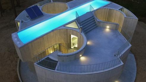 Ngôi nhà bê tông đặt hồ bơi trên mái để ánh sáng chiếu xuyên suốt từ trên xuống dưới
