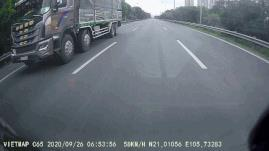 Xe tải nặng cố tình vượt ẩu tạt đầu xe con trên đại lộ Thăng Long