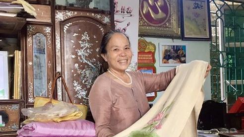 Chuyện nghệ nhân bắt cọng sen 'nhả tơ' để dệt nên những chiếc khăn độc đáo