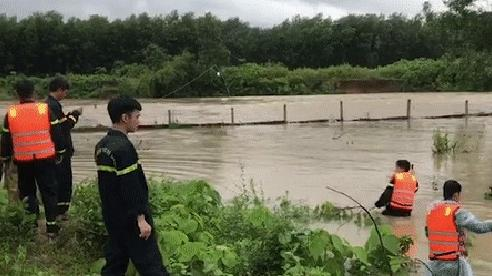 Hàng chục cán bộ chiến sĩ đội mưa tìm kiếm người dân bị nước lũ cuốn trôi ở Đà Nẵng
